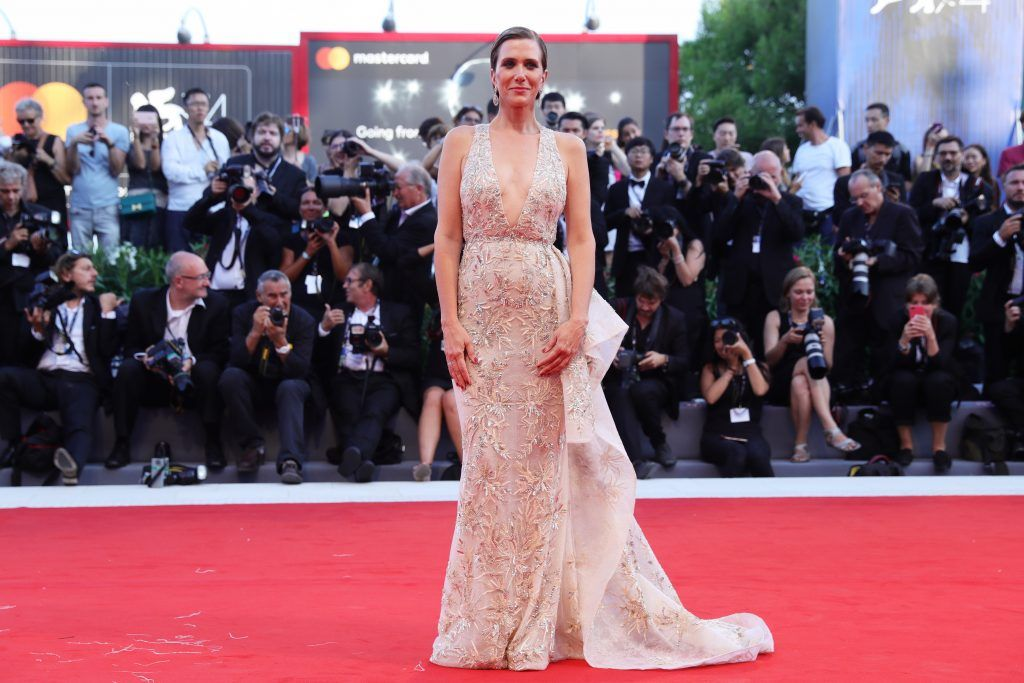 Kristen Wiig walks the red carpet ahead of the 'Downsizing' screening and Opening Ceremony during the 74th Venice Film Festival at Sala Grande on August 30, 2017 in Venice, Italy.  (Photo by Vittorio Zunino Celotto/Getty Images)