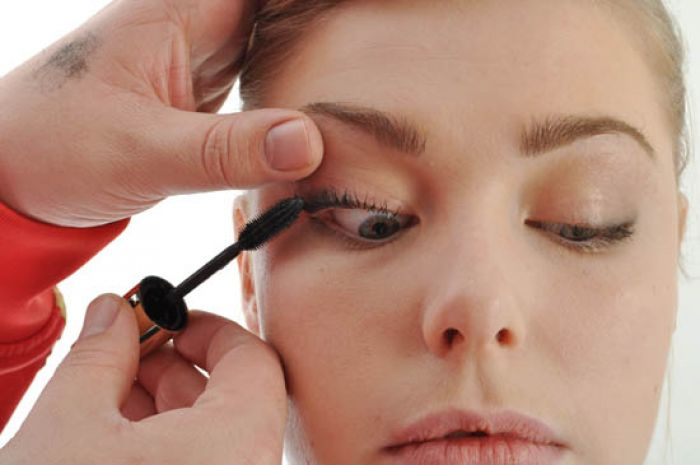 Back To Basics 5 Curling Lashes Applying Mascara Beaut