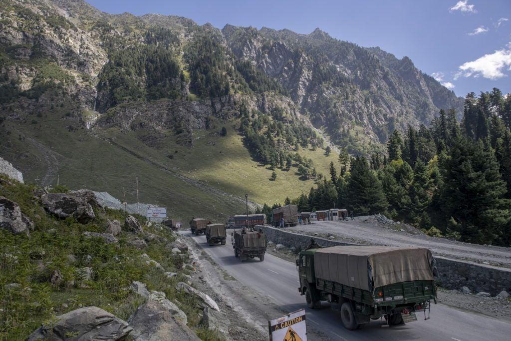 , [:en]Arrival of 'sticky bombs' in Indian Kashmir units off alarm bells[:], Laban Juan
