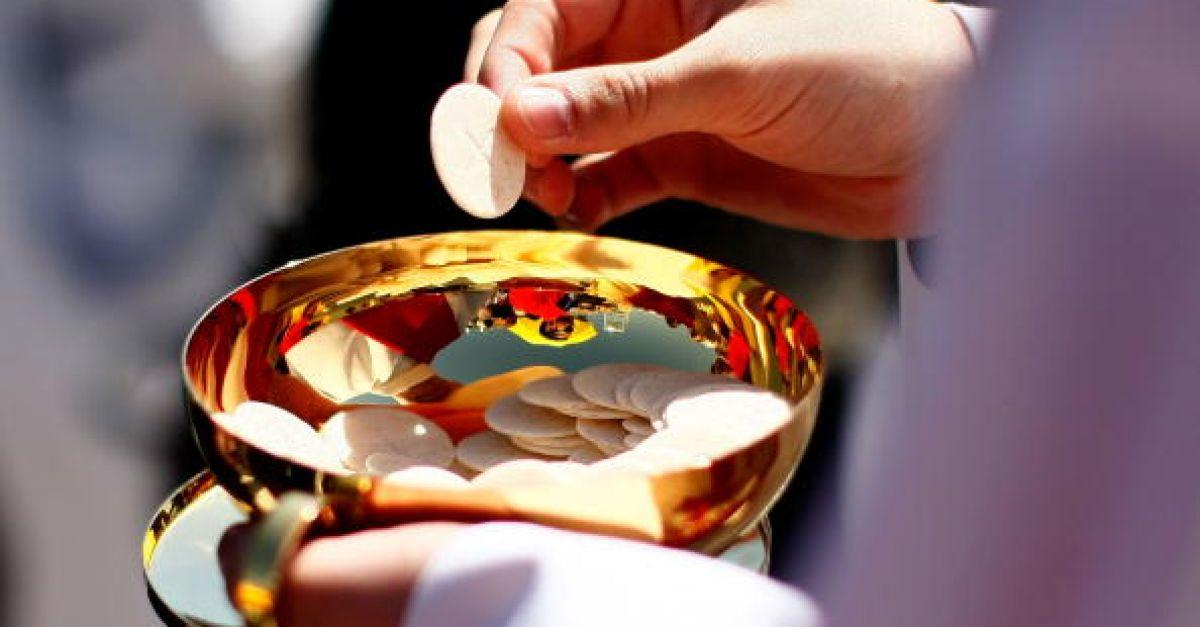 Uskup memberitahu paroki untuk mengadakan Pengesahan dan Komuniti walaupun ada petunjuk
