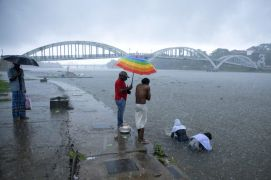 Four Dead As Severe Storm Roars Towards India