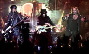 Motley Crue Singer Vince Neil 'Breaks Ribs' In Fall From Stage