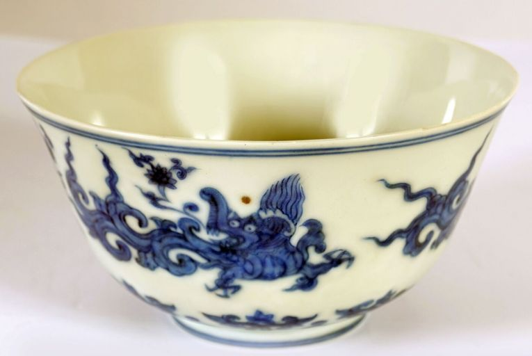 A blue and white porcelain bowl made in the time of the ninth emperor of the Ming dynasty (1447-1487). The body is decorated with lions prancing through scrolling foliage (€20,000-€30,000).