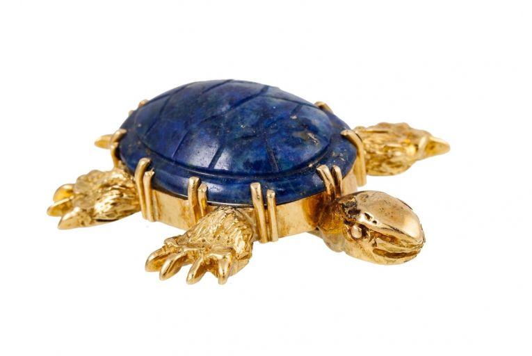 This novelty brooch modelled as a turtle with a lapis lazuli is expected to fetch €1,000-€1,500