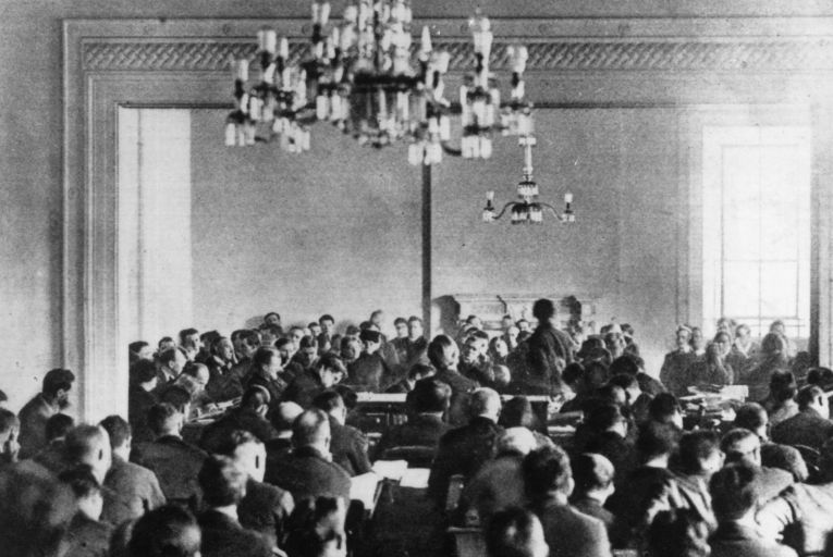 7 January 1922: The sitting of Dáil Éireann at Dublin which ratified the Anglo-Irish Treaty. Republicans, led by Eamonn de Valera, refused to accept the authority of the crown and Irish Civil War ensued