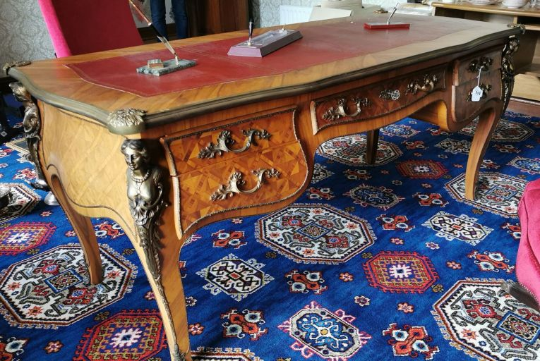 A kingswood partner's desk has an estimate of €1,500-€2,500