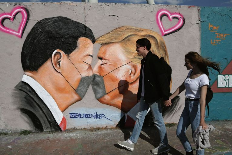 Graffiti of China General Secretary Xi Jinping and US President Donald Trump in Berlin: the West needs a balanced and grown-up policy towards Beijing. Photo: Getty