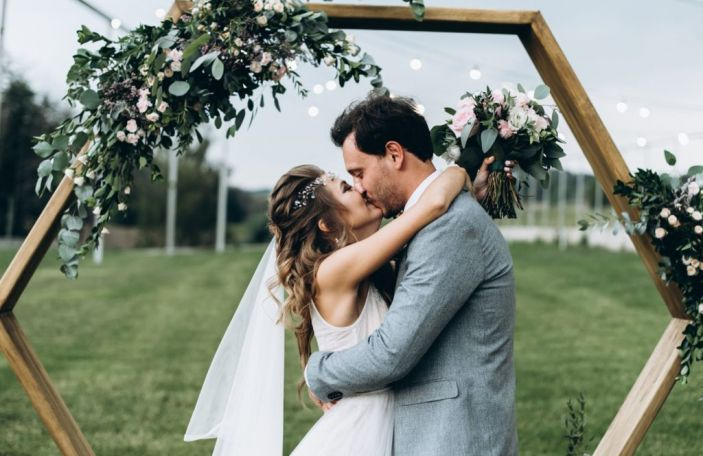 How to avoid an awkward first kiss at your wedding