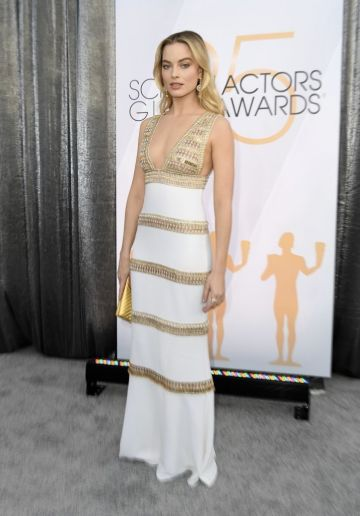 "Outstanding Performance by a Female Actor in a Supporting Role for ""Mary Queen of Scotts"" nominee Margot Robbie walks the red carpet at the 25th Annual Screen Actors Guild Awards at the Shrine Auditorium in Los Angeles on January 27, 2019. (Photo by VALERIE MACON / AFP)        (Photo credit should read VALERIE MACON/AFP/Getty Images)"