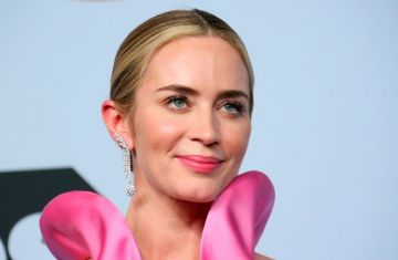 Emily Blunt, winner of Outstanding Performance by a Female Actor in a Supporting Role for 'A Quiet Place,' poses in the press room during the 25th Annual Screen Actors Guild Awards at the Shrine Auditorium in Los Angeles on January 27, 2019. (Photo by Jean-Baptiste LACROIX / AFP)        (Photo credit should read JEAN-BAPTISTE LACROIX/AFP/Getty Images)
