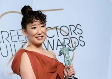 """Outstanding Performance by a Female Actor in a Drama Series for """"Killing Eve"""" winner Sandra Oh poses in the press room during the 25th Annual Screen Actors Guild Awards at the Shrine Auditorium in Los Angeles on January 27, 2019. (Photo by Jean-Baptiste LACROIX / AFP)        (Photo credit should read JEAN-BAPTISTE LACROIX/AFP/Getty Images)"""
