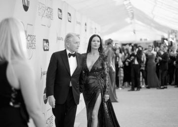 LOS ANGELES, CA - JANUARY 27:  (EDITORS NOTE: Image has been shot in black and white. Color version not available.) Michael Douglas (L) and Catherine Zeta-Jones attend the 25th Annual Screen ActorsGuild Awards at The Shrine Auditorium on January 27, 2019 in Los Angeles, California. 480620  (Photo by Charley Gallay/Getty Images for Turner)