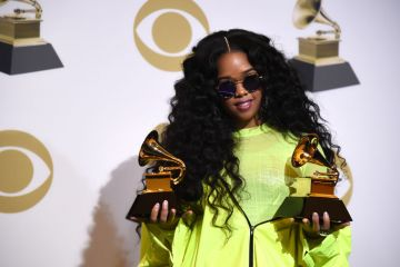 """LOS ANGELES, CALIFORNIA - FEBRUARY 10: H.E.R, winner of Best R&B Performance for """"Best Part"""" and winner of Best R&B Album """"H.E.R."""", poses in the press room during the 61st Annual GRAMMY Awards at Staples Center on February 10, 2019 in Los Angeles, California. (Photo by Amanda Edwards/Getty Images)"""