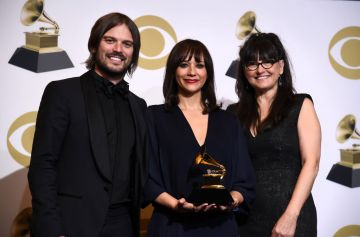 LOS ANGELES, CALIFORNIA - FEBRUARY 10: (L-R) Alan Hicks, Rashida Jones and Paula DuPre Pesmen, winners of Best Music Film for 'Quincy,' pose in the press room during the 61st Annual GRAMMY Awards at Staples Center on February 10, 2019 in Los Angeles, California. (Photo by Amanda Edwards/Getty Images)