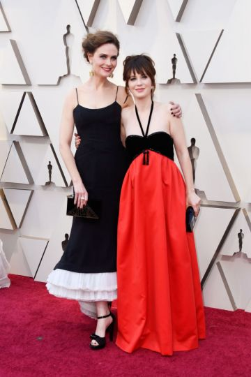(L-R) Emily Deschanel and Zoey Deschanel attend the 91st Annual Academy Awards on February 24, 2019 in Hollywood, California. (Photo by Frazer Harrison/Getty Images)
