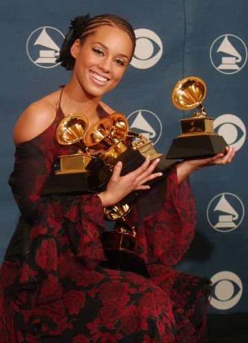 """2002:  Singer Alicia Keys hold five of her Grammys at the 44th Annual Grammy Awards at the Staples Center in Los Angeles, 27 February 2002.  Keys won her Grammys for Best New Artist and Song of the Year for """"Fallin"""".       AFP PHOTO/Lee CELANO (Photo credit should read LEE CELANO/AFP via Getty Images)"""