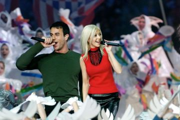 Singers Christina Aguilera (R) and Enrique Iglesias (L) perform during the halftime show at Super Bowl XXXIV at the Georgia Dome in Atlanta, 30 January, 2000.    (Photo credit: JEFF HAYNES/AFP via Getty Images)