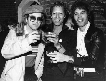 31st October 1977:  Singer songwriter Elton John (Reginald Dwight) with star of musicals Peter Straker, and Freddie Mercury (Frederick Bulsara, 1946 - 1991), singer with the group Queen.  (Photo by Hulton Archive/Getty Images)