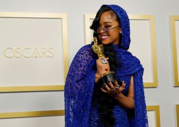 """H.E.R., winner of Best Original Song for """"Fight For You"""" from """"Judas and the Black Messiah,"""" poses in the press room at the Oscars on Sunday, April 25, 2021, at Union Station in Los Angeles. (Photo by Chris Pizzello-Pool/Getty Images)"""