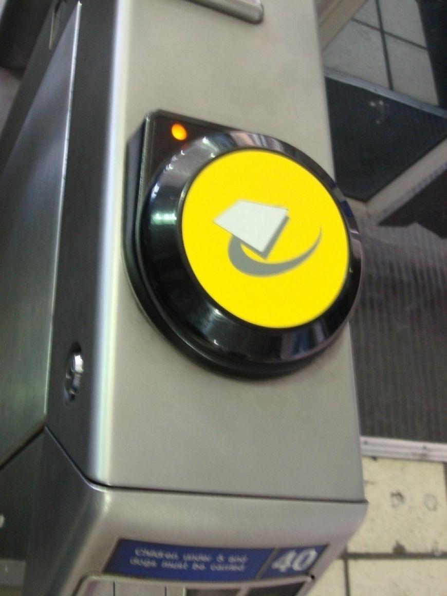 Ass Traffic 1 14 unbreakable commuting commandments on the tube | lovin.ie