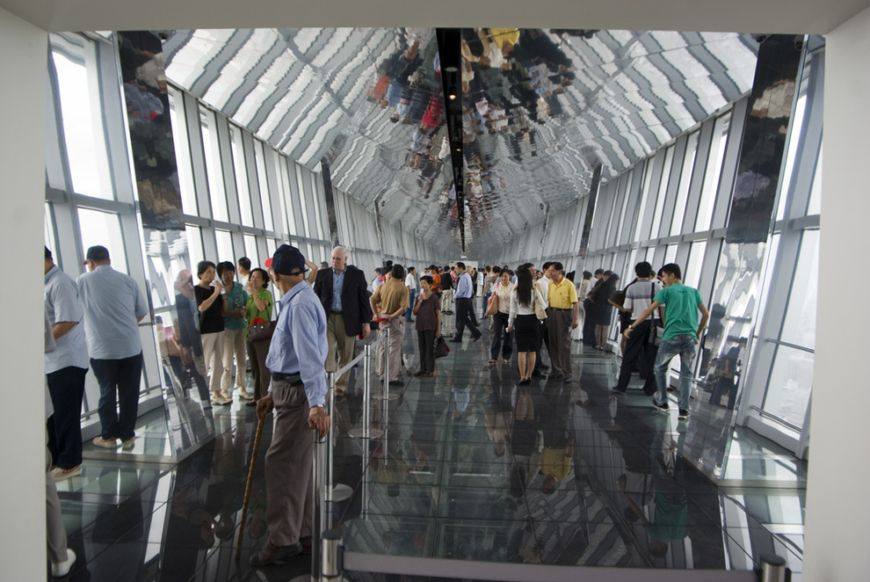 The-Sky-Walk-at-the-Shanghai-World-Financial-Center-in-China1