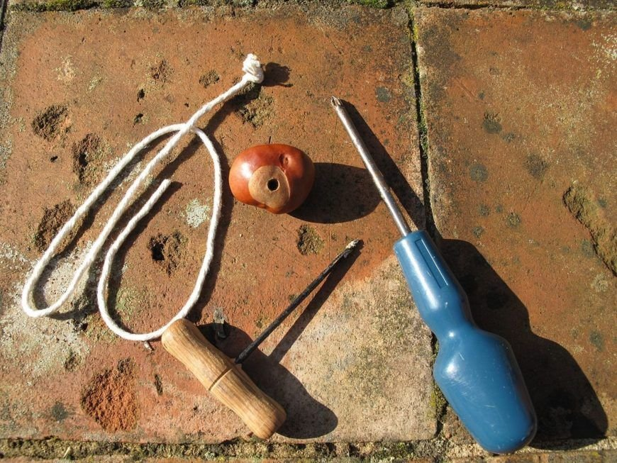1280Px Stringing Conkers