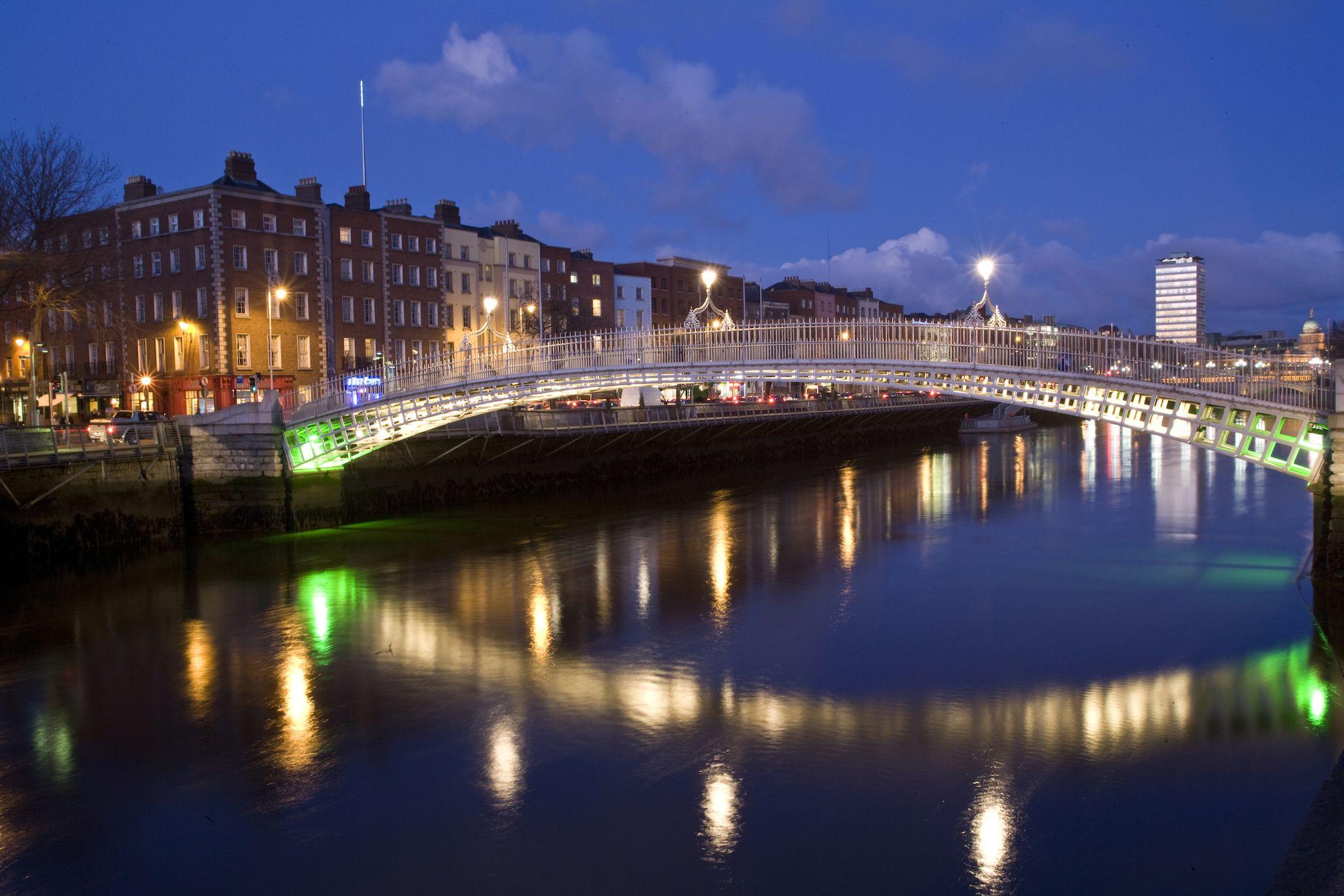 Night shot of River Liffey; Ha'penny bridge; dublin city
