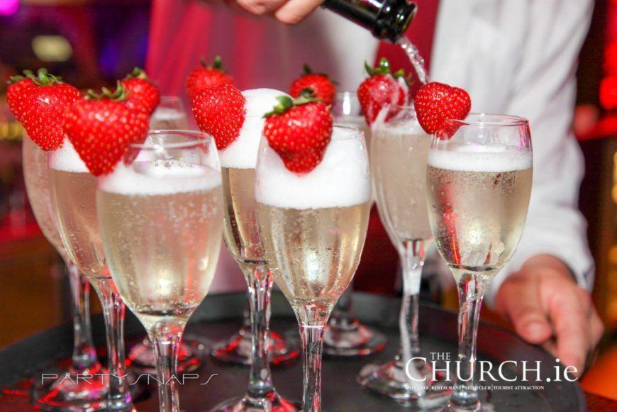 Prosecco Starwberries Pour