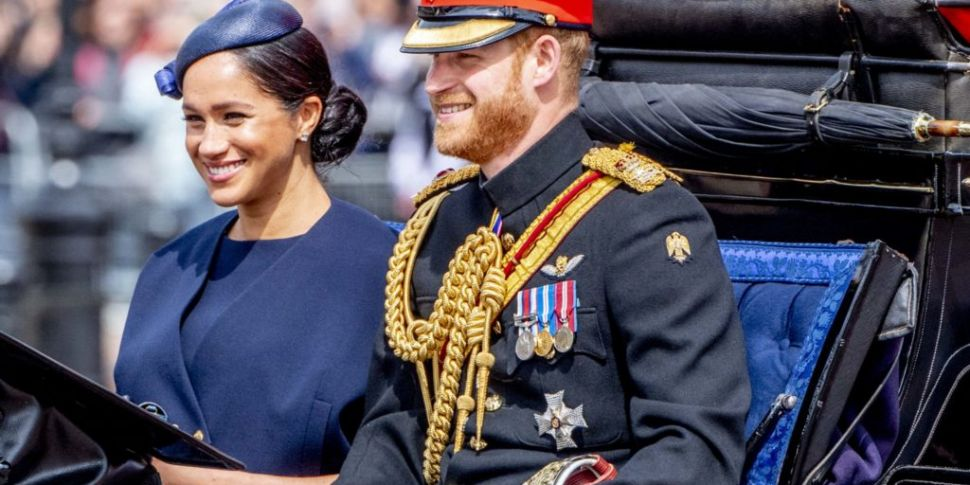 Queen agrees to 'period of tra...