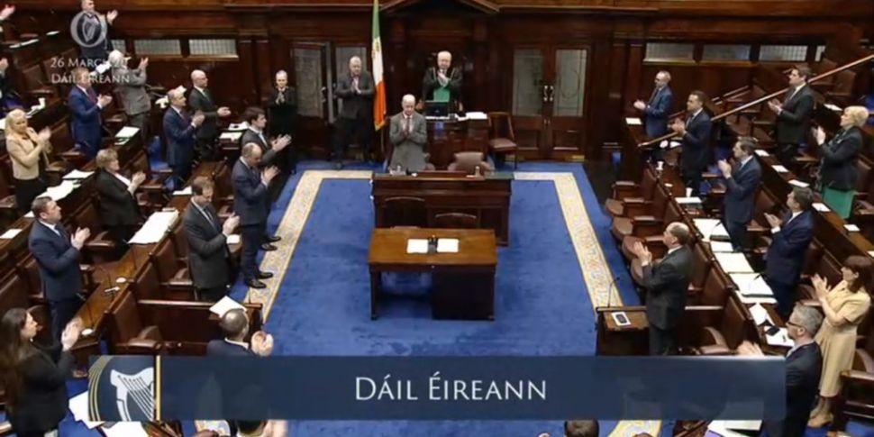 Dáil halts work to applaud Ire...