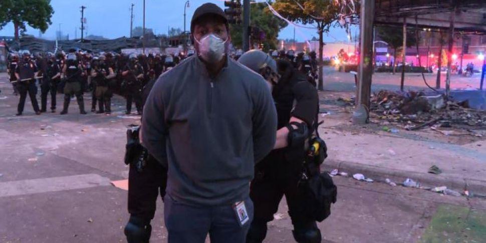 https://img.resized.co/newstalk/eyJkYXRhIjoie1widXJsXCI6XCJodHRwczpcXFwvXFxcL21lZGlhLnJhZGlvY21zLm5ldFxcXC91cGxvYWRzXFxcLzIwMjBcXFwvMDVcXFwvMjkxMzUyMzVcXFwvUmVwb3J0ZXItQ05OLmpwZ1wiLFwid2lkdGhcIjo5NzAsXCJoZWlnaHRcIjo0ODUsXCJkZWZhdWx0XCI6XCJodHRwczpcXFwvXFxcL3d3dy5uZXdzdGFsay5jb21cXFwvaW1hZ2VzXFxcL2RlZmF1bHRfbm9faW1hZ2UucG5nXCJ9IiwiaGFzaCI6IjkzNWQ5Mzk3Mzg5MzkwMzgyMWE4NDM1NmQxNDJhODkyZmZmZDJlMWMifQ==/watch-cnn-journalist-arrested-on-air-while-covering-george-floyd-protests.jpg