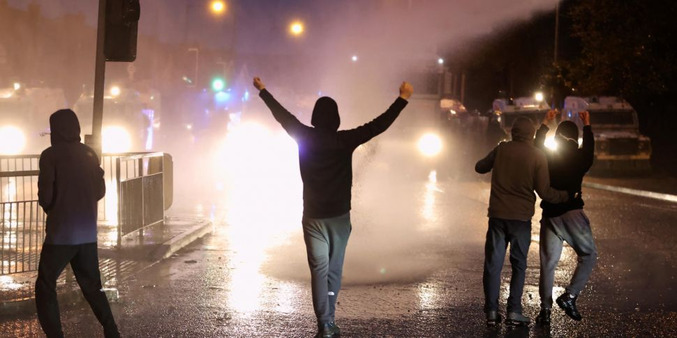 Belfast rioters blasted with w...