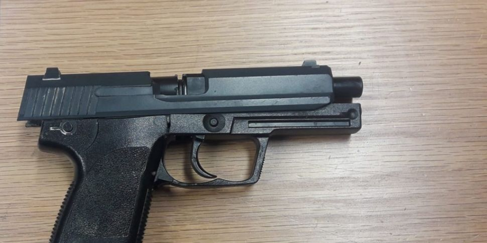 Man carrying gun arrested in C...