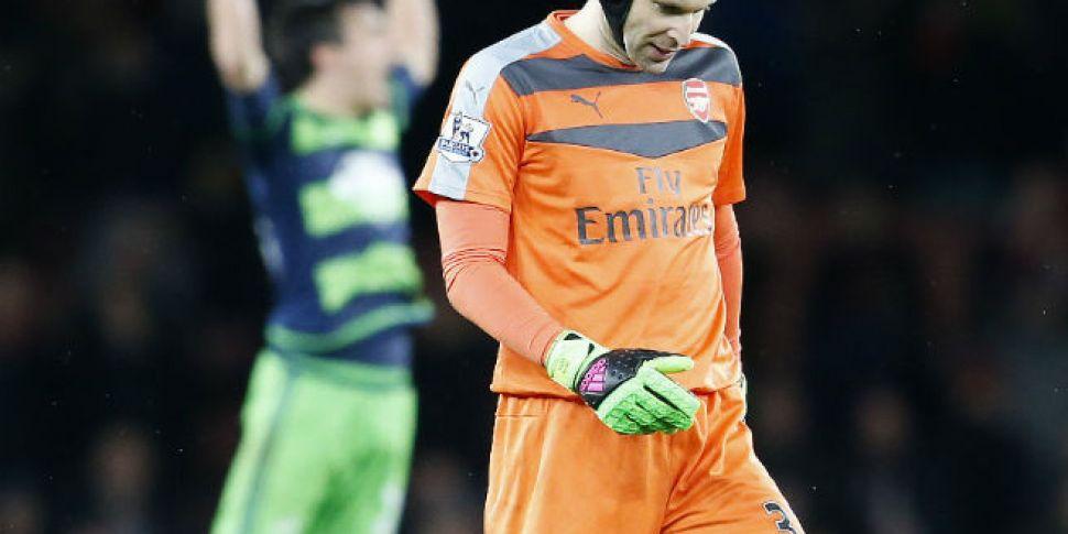 Petr Cech injures himself runn...