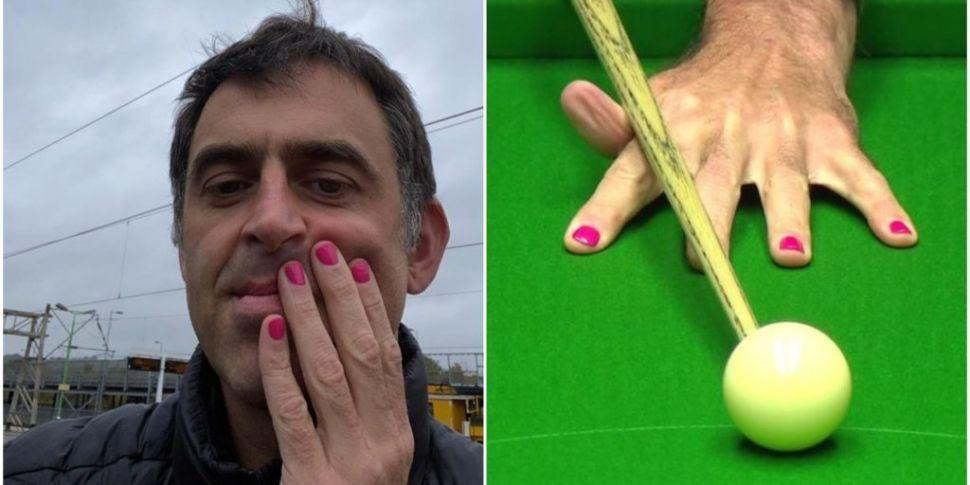 Ronnie O'Sullivan wears pink n...