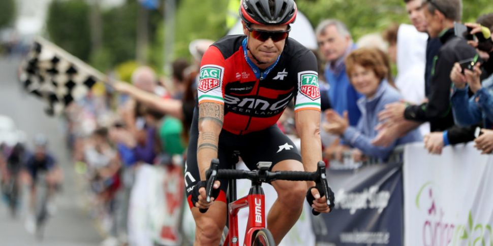 Nicolas Roche crashes out of V...