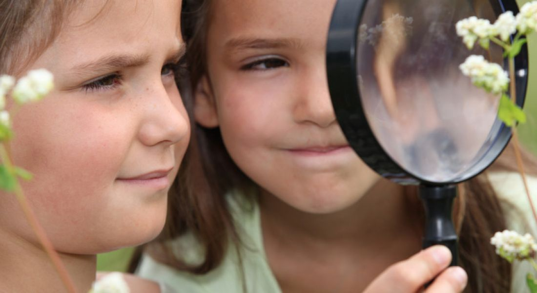 Summer Camps: children with magnifying glass