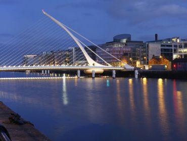 The Samuel Beckett bridge in Dublin at night.