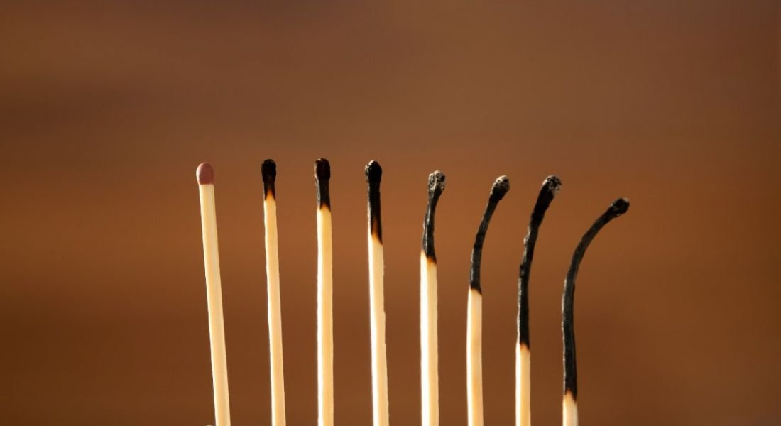A row of eight matches, the first in good condition but the rest gradually becoming more burnt, symbolising burnout.