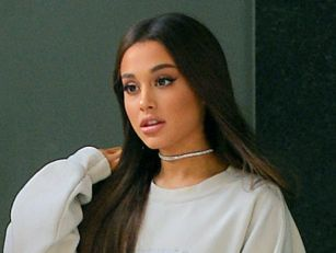Ariana Grande Reacts To Fans W...