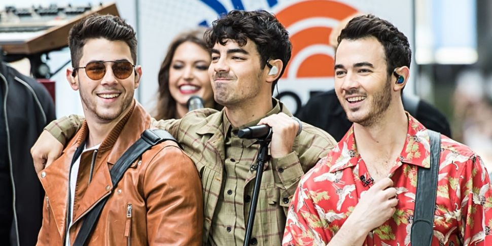 Jonas Brothers Announce They'r...