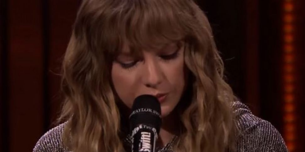 Taylor Swift Performs 'New Year's Day' On Jimmy Fallon Show