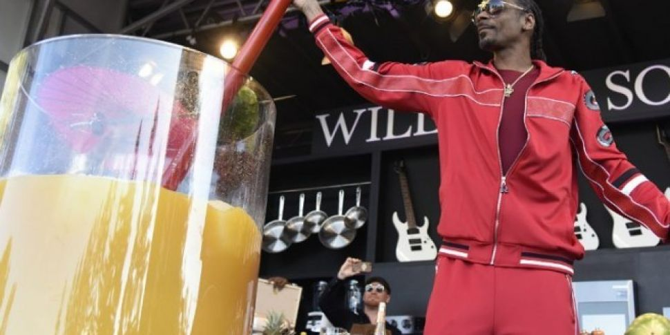 Snoop Dogg Smashes Guinness Wo...