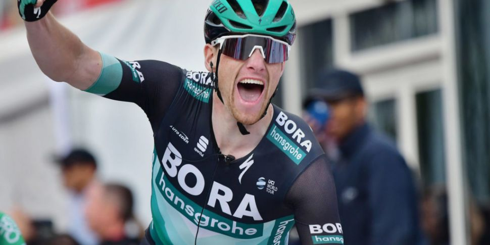 Sam Bennett wins stage 3 of Vu...